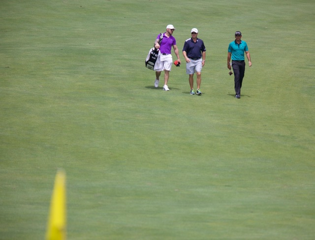 Jason Day Approaches the Green
