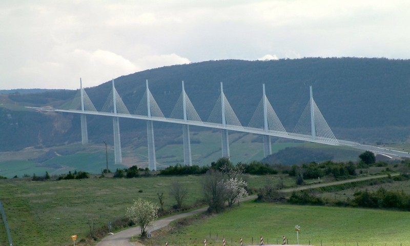 millau-viaduct-cable-stayed-bridge-in-france-tallest-in-the-world-2.jpg