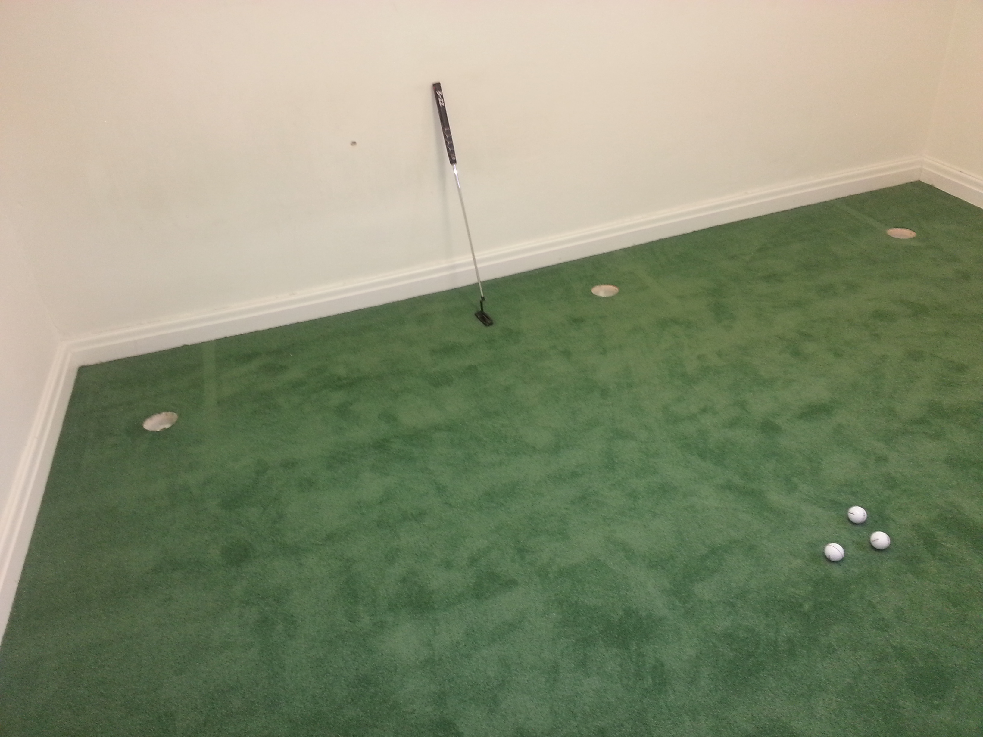 Beautiful indoor putting green carpet contemporary for Indoor outdoor carpet green